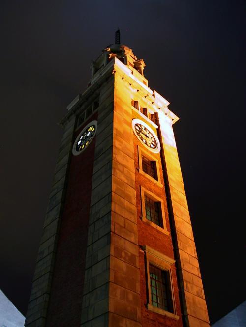 九龍公眾馬頭に聳え立つ鐘楼(時計台)。<br /><br />昼間の石造りの肌は、夜の照明ではレンガのようにも見えてきますね。