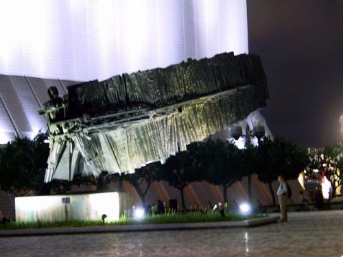 文化中心前の広場にある、例の変わったモニュメント。<br />人の片腕に、自作の羽が付けられているように見える・・・