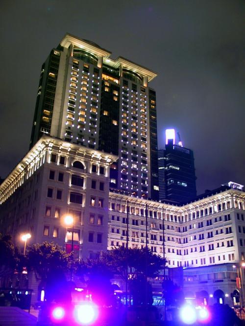 帰りはいつものようにペニンシュラの向かいを通過。<br />相変わらず威圧感あふれるホテルの建物。<br /><br />上海のポートマンリッツカールトンを始めて見た時以来の感覚です(当時はポートマンシャングリラ)。<br />昔の話ですが、上海駐在する前にポートマンには、出張ベースで通算約180日宿泊しました。<br />(当時は一回の入国で60日滞在出来ましたから)