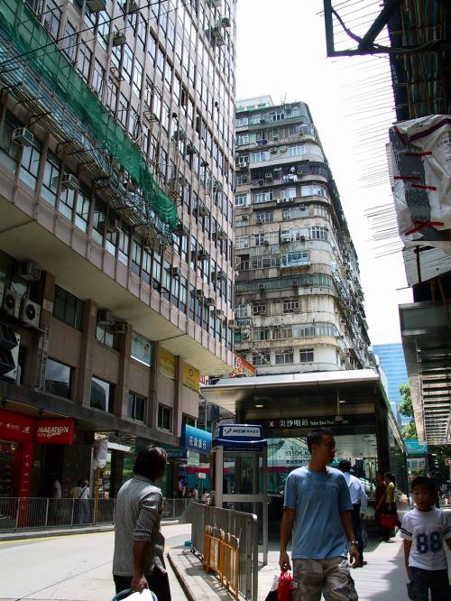 彌敦道の方向に目を向けると、ここにも地下鉄の出入り口があります。