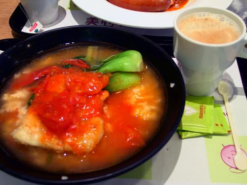 こまは香港では湯飯と書くのですが、雑炊セットを戴きました。<br />27HK$。この店では5%のサービスチャージを取られます。<br /><br />この日を、こまの胃腸不調回復後の「珈琲解禁日」としました。<br />なので、セットメニューには珈琲をチョイス。<br />これがまた旨いの何のって・・・(;_;
