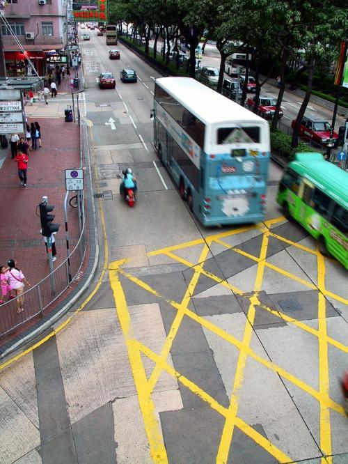楽器屋の画像手前の裏路地を進むと、加連威老道に出ます。<br />そのまままっすぐ漆咸道南まで抜けて、昨日と同じく歩道橋の上です。<br />香港は、道一つ取り上げても被写体になるので、一眼レフが恋しくなってきました・・・(;_;<br /><br />間に合わせのカメラでは、同じ被写体でも限界だらけで厳しい〜〜っ!(>o<;
