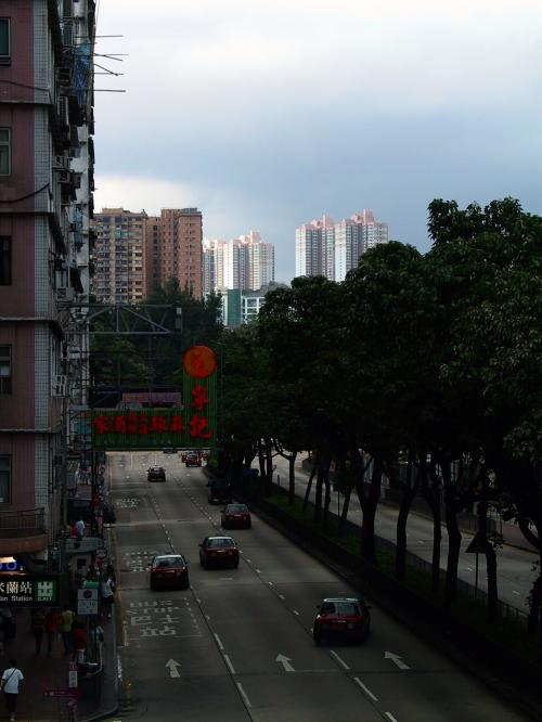 今日もまたまた、新文華中心までの道案内ですね。<br /><br />向こうの方の空が晴れていましたので、そのポイント重視で露光設定。<br />香港の夏では、こんな感じで暗いところは雨降りって事も有るんですよね。<br />