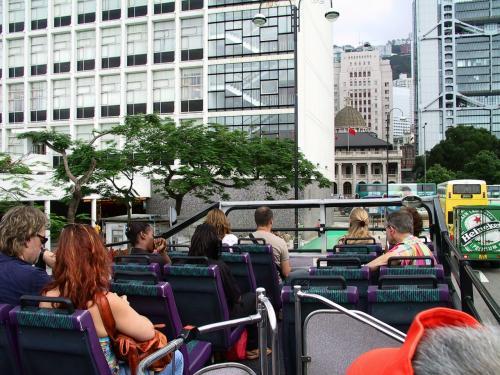 さて、バス停に到着したら、既に15C路バスに人が乗車し始めていました。<br /><br />見ると、ラッキーな事に2階建てオープンデッキバスです。<br />ゆっくり辺りを写真している時間は無いようなので、慌てて飛び乗り2階席へ陣取る我々。<br />前には外国人客が陣取っていました。<br /><br />ここからの15C路は、花園道のピークトラム駅とこことを往復するだけだと言う事に、今回始めて気が付きました。(~~;<br />山頂往復の15C路バスは、貿易広場のバスターミナルから出ています。<br />(去年、下山時に到着した所)