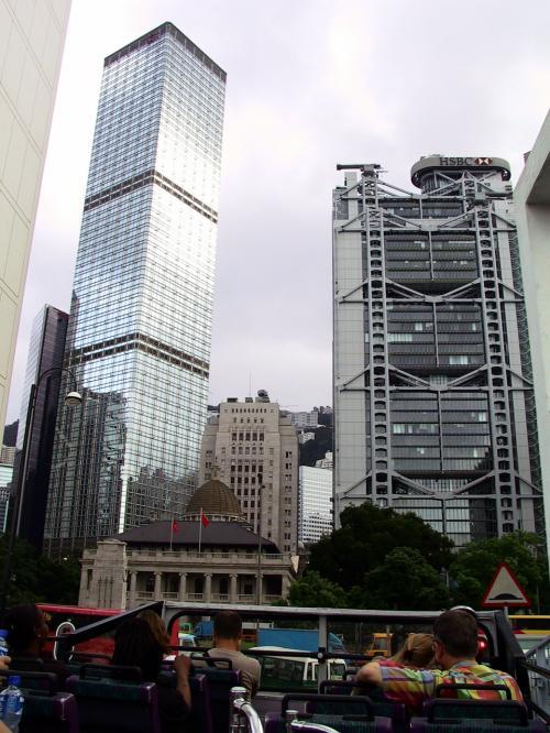HSBC(匯豊銀行)、中銀大厦などが正面に見えています。<br />ここからの光景は、いつも壮絶に感じます。<br />大きなビルの谷間に、ちょこんと居座っているのは立法局です。
