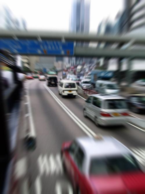 ターミナル前の干諾道中を進むバス。<br /><br />こんなにハイスピードでは有りません・・・(~~;<br />ピンボケ誤魔化しです。<br /><br />道路に出た途端、パラついていた小雨は止んでくれた。<br />まだ油断は禁物。。。(。。;