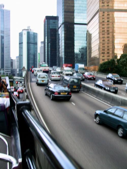 美利道を過ぎて高架横を進むバス。<br />この先、この高架を潜って山手へ進みます。<br /><br />香港ではベンツやBMWを良く見かけます。