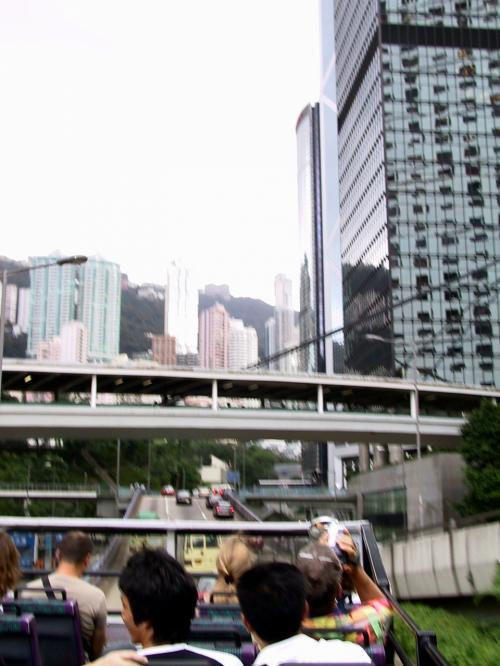 右手に中銀ビルを見ながら、花園道に向かうバス。<br />
