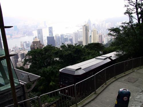 山頂駅に入ってくるケーブル。<br /><br />山が曇っているので、眼下の景色に露出を合わせると車両は真っ暗だし、車両に合わせると景色が真っ白だし・・・