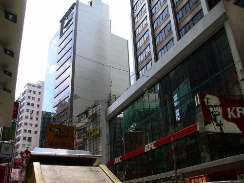 上を見上げると、大きなビルに明るい日差しが注ぎ込まれている。<br />香港の土曜日は、朝9時と言うのに色んなお店がまだ開いていない。<br />この習慣、地元民には合理的でも、旅行者には迷惑でしょうね。<br /><br />我々は左手に見えている美心快餐へ向かいます。