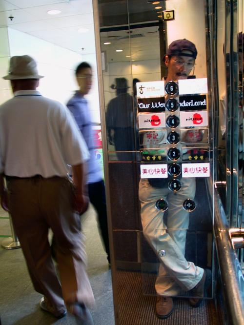 疲れ切っているので、たかが一階分でもエレベーターを使いました。<br />表示を見ると、丁度「G」になっていました。ラッキー。<br />香港では、2階へ行くときは「1F」を押します。<br />良く間違えて「2F」を押して仕舞います・・・。(~~;