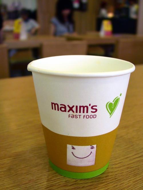 英文ではmaxim'sって言うんですね、ここ。<br />爺ぃのセットにあったオレンジジュースのカップ。
