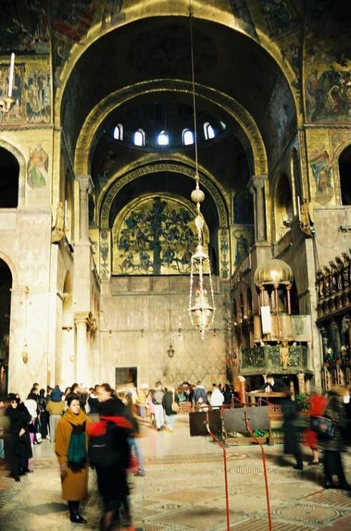 サンマルコ寺院、内壁一面に描かれた宗教画。光が教会内に届いていたときにシャッターを切った。