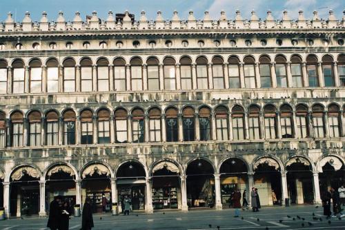 おなじみ、サンマルコ広場、一階がアーケードのようになっていて商店が並んでいる。ここは、ヴェネツィアグラスの店が多かった記憶、何れにしろウインドウショッピングは飽きない。