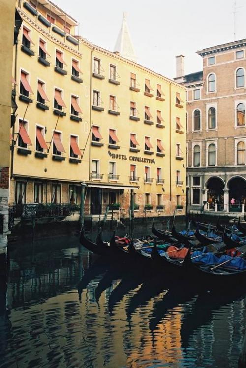 これも裏道へそれた時の光景、歴史的なヴェネツィアと新しい建物(ホテル)、こうでなけりゃね。