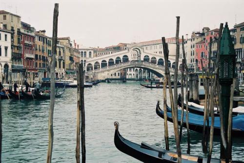 ヴェネツィアに着いたのは、1990年末、クリスマスが終わった冬の曇り空の日だった。鉄道でヴェネツィアに着く、多分、宿(YH)に荷物を置いてから歩き始めたのだろうと思う。<br />リアルト橋、グランカナル
