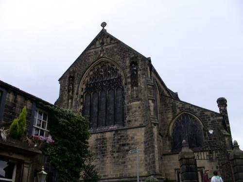 姉妹の父親パトリックがハワースの牧師に任命され、説教していたパリッシュ教会です。ここには今もブロンテ一家のお墓があります。<br />砂岩が黒くすすけて年代を感じます。