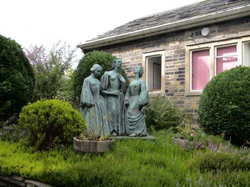 ブロンテ三姉妹の像です。<br />家の中を見た後、いよいよヒースの丘、ペニストンヒルに行きます。
