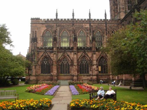 チェスター大聖堂<br />年配のご婦人が二人、ベンチでくつろいでいる姿が絵になります。