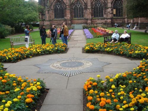花壇は黄色系で統一されて美しいです。