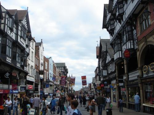チェスターの街並みです。<br />日本に住んだ事があるという現地ガイドさんが一言「まるでハチ公みたい。」と・・・なるほど、凄い混雑していました。