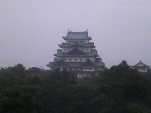 部屋の窓から見える名古屋城をもう少しアップで撮ってみました。
