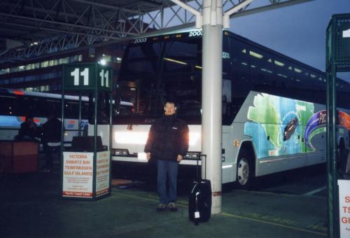 ビクトリアから乗ってきたバス。このバスでフェリーにも乗り、バンクーバーまで来ましたが、ここでバスとはお別れ、、、