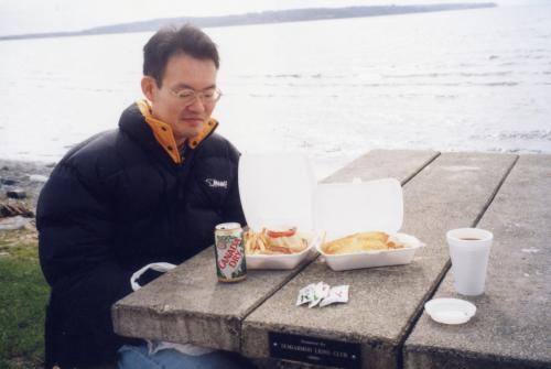 道路沿いの店で買ったフィッシュ&チップスとカナダドライのジンジャーエールがこの日のランチでした。