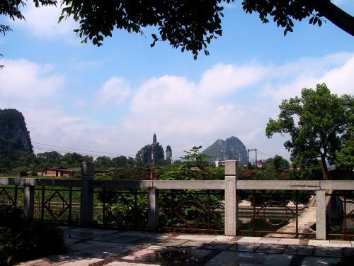 上海路を走っていると、遠くに穿山公園のシンボル塔が見えてきました。