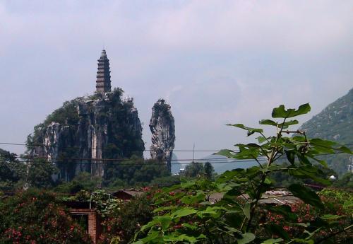 穿山公園内の岩山に立つ塔。