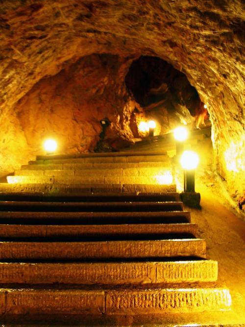 通路はこんな感じ。<br />人に見せるために、洞窟と洞窟の間を掘って繋げられたような感じです。<br />