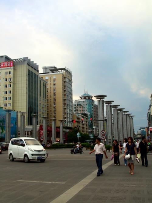 中山中路を横断中に左方向を。<br />こっちには昨晩食事した店や、ホコテンがあります。<br /><br />反対方向には、100mに長途汽車站、約7〜800mで桂林火車站。<br /><br />桂林駅からホテルまで、タクシーは起歩費(初乗運賃)で着きました。<br /><br />