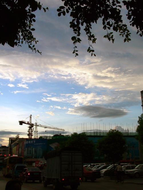振り返ると空には夕焼けが迫っていました。<br />画像は止まっていますが、桂林の雲は、ホントにスルスルと軽快に流れて行きます。
