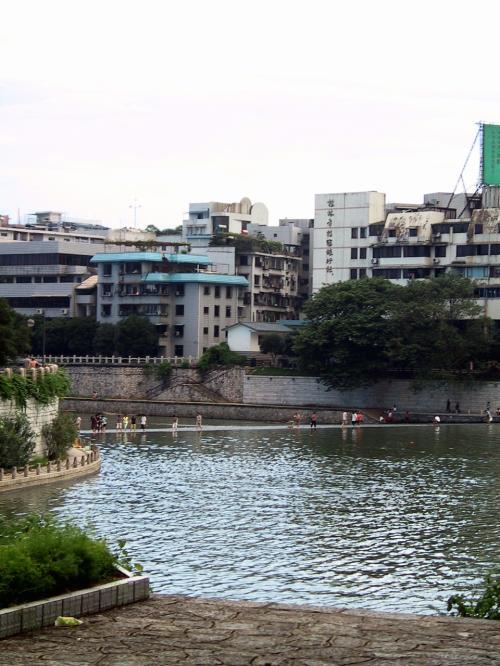 川の迫りを、通勤帰りの人たちが横断していました。<br />きっと近道なんでしょうね。
