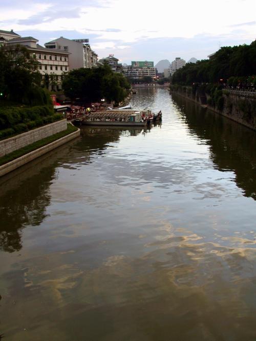 川越しにモニターを覗いていると、向こうの方に桂林風景画みたいな光景が見え隠れします。