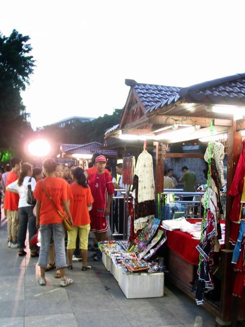 狭い埠頭には出店が5,6軒出ています。<br /><br />民芸品、工芸品が多く、海外旅行者にはウケていました。
