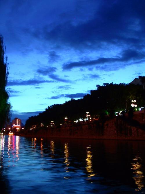 船が来ました。<br />船が向かう方向はこちら。<br /><br />まだ仄かに日の光が感じられる夜の8時半です。<br />内陸を西へ千?弱入り込んだ桂林は、経度上北京とは実質一時間弱の時差はあると思います。