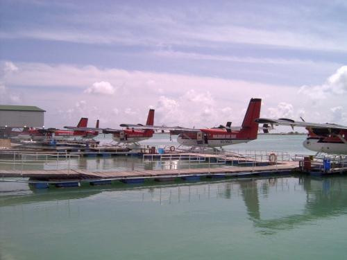 ニカアイランドへは水上飛行機で約25分。アリ環礁の北部に位置します。日本からのフライトの場合、出発は早朝になることが多いです。<br />水上飛行機にチェックインする場合は持っている荷物を計り、20キロをオーバーした分には超過料金がかかります。手荷物は基本的に5キロまでOKです。<br />