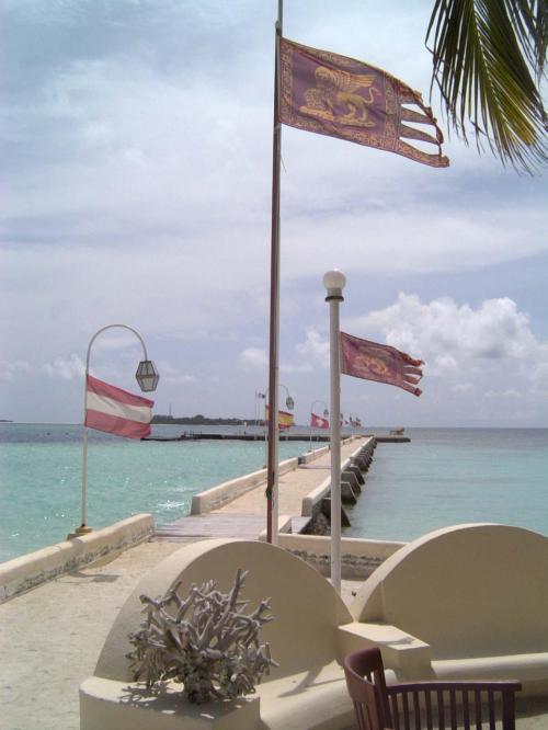 水上飛行機は島の桟橋のところに着陸します。長い桟橋を渡りリゾートに到着します。<br />桟橋には色々な国の国旗が掲げられています。日本の国旗もありました。桟橋の側にはベンチや気持ちのよいオンドーリ(ブランコ)もあります。わたしはここのブランコからサンセットを見ましたが静かで、とても美しかったです。