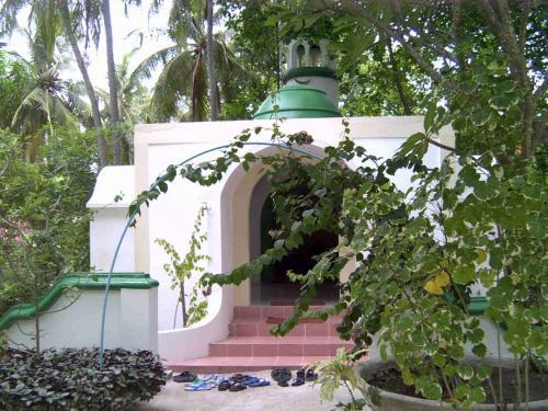 モルディブは100%イスラム教。モスリムのみなさんは毎日何回もお祈りをしなくてはなりません。そのお祈りをするモスクがこの島にもありました。ちらっとのぞきましたが何名か頭を床にこすりつけるようにお祈りされていました。