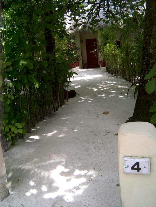 今回私が泊まったのはビーチバンガロー。<br />お部屋番号が書いてあるゲートの先の小さな小道を抜けると1棟独立型のコテージがあります。夜は足元に注意してくださいね。