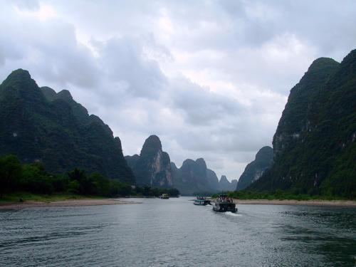 穏やかに流れる川と共に、静かに刻まれる時の流れ。<br /><br />時々エンジンを切って惰性航行しますが、その時、耳に伝わってくる自然の息遣いがたまりません。(=^00^=<br />(そりゃ「鼻」でしょ!)
