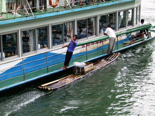 前方を行く船に、同じようにお土産売りの筏が。<br />でも、室内にはお客の姿はナシ・・・<br />