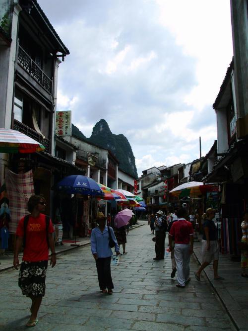 桂林のトンガリ山並みと西洋のお店の町並みが、なんとなくミスマッチで面白い。。。