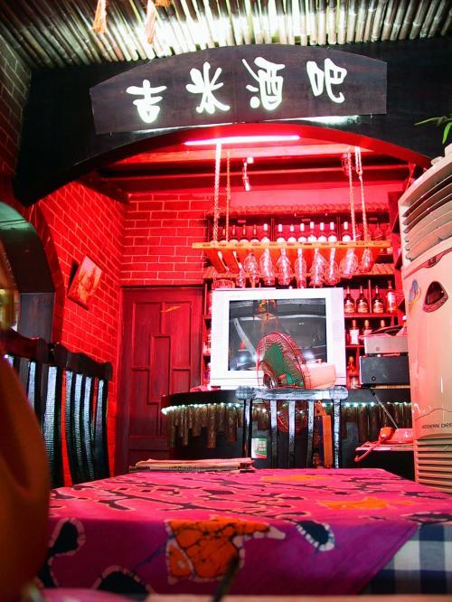適当に見つけた喫茶店「Jimmy's Cafe」で休憩する事に。<br /><br />玄関席に3人の外国人が座っていたので、てっきり彼らのお店と思って入ってしまったノダ・・・<br />エアコン効いてるよ!と言うので中に入ったら、中国小姐が2人居て、外国人老板は夜に出てくるそうだ。<br /><br />入れてくれたサントスは、、、・・・書きたくない味。<br />こんな味なら、昼間は中国価格の別料金にして欲しゾ!・・・(`_´#
