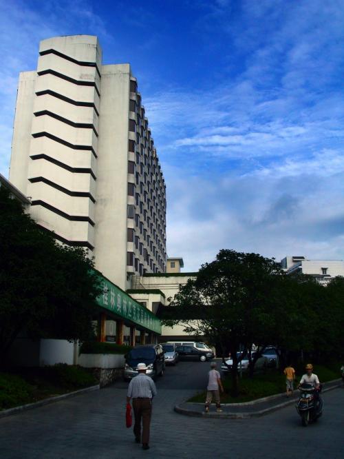 7月6日。<br />今朝は我々が趙総たちを飲茶に誘いました。<br />場所は現地の事が良く判りませんので、同じ丹桂大酒店。<br /><br />朝から抜群の天気と暑さです。(^^;