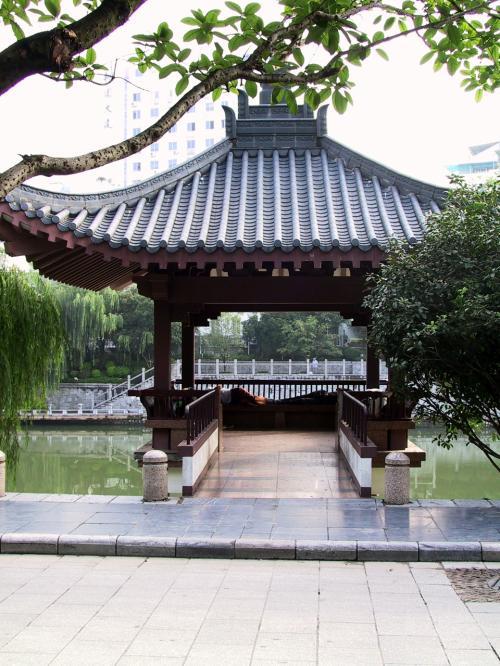丹桂大酒店行く途中に通る河川敷の公園。<br />そこにある楼亭には、ご老人が4人寝ていました。<br /><br />朝の鍛錬ばかりではないんですね。