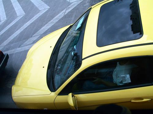 現代(ヒュンダイ:韓国)のスポーツカー。<br />運転席ドアの窓に、パーツカードが張られたまんまです。<br />田舎モンが良くしている、背広の袖のブランド名を「名牌の証」と言って外さないのと同じでしょうか??<br />全然無意味だと思いますが、こうする事の価値観って何なんでしょうね。<br />ガラスを「本物か偽者か」尋ねる人って居ないと思うんですけど・・・