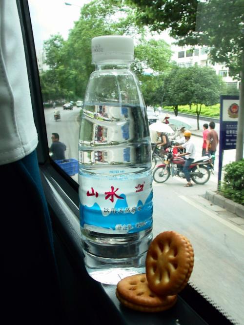 本日の昼食! ・・・(;_;<br />ビスケットは、昨夜ホテルのロビーで買った残り物のミックスフルーツジャム。<br />結構癖になる感じで毎日買いました。<br />4個残っていました。<br />水はバスで支給されます。