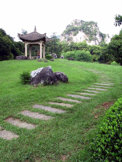 芝生の先の楼亭。